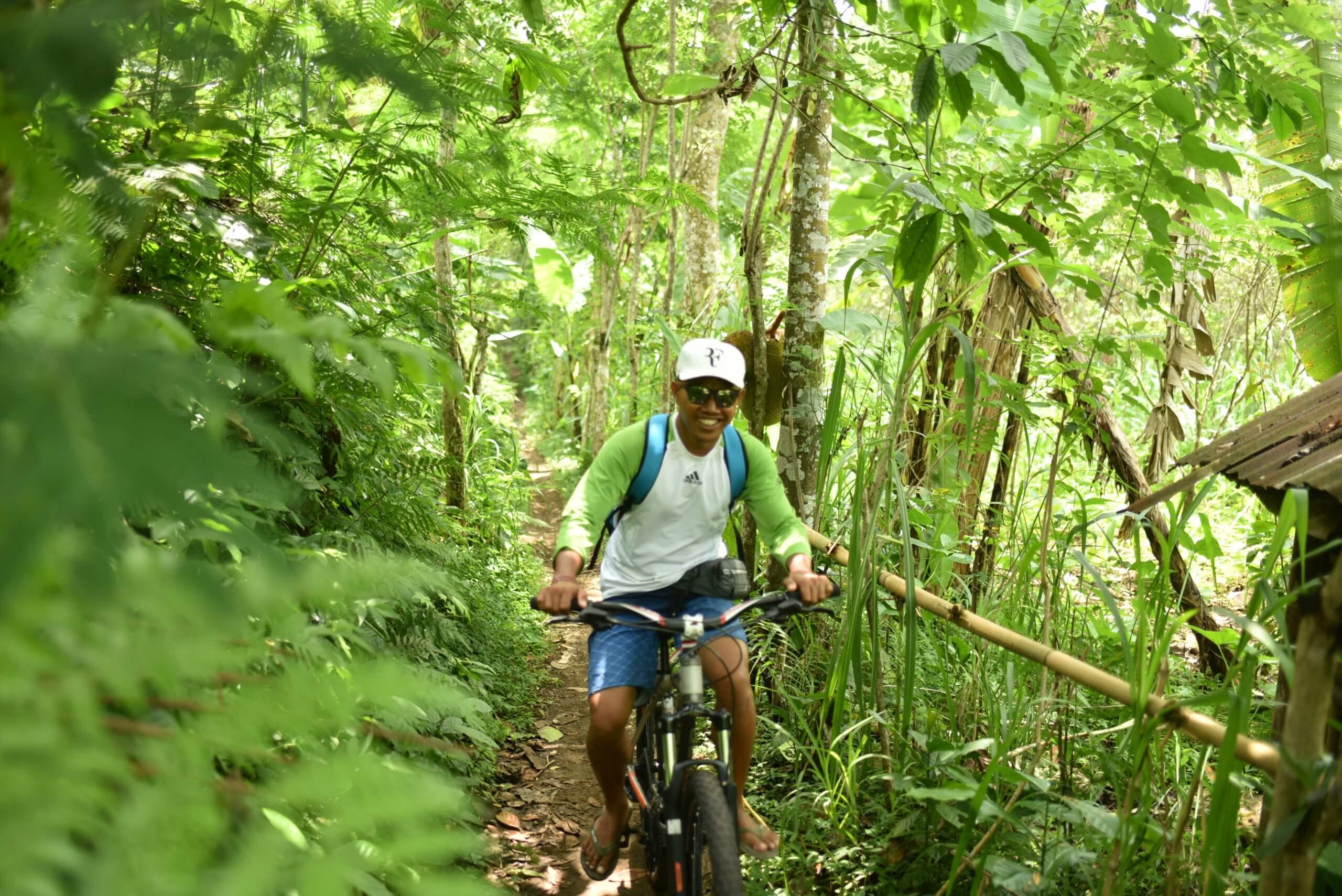 Ballade à vélo au milieu de la végétation à Bali
