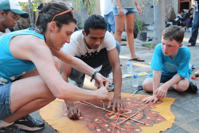 Les enfants qui fabriquent des cerfs volant a Bali