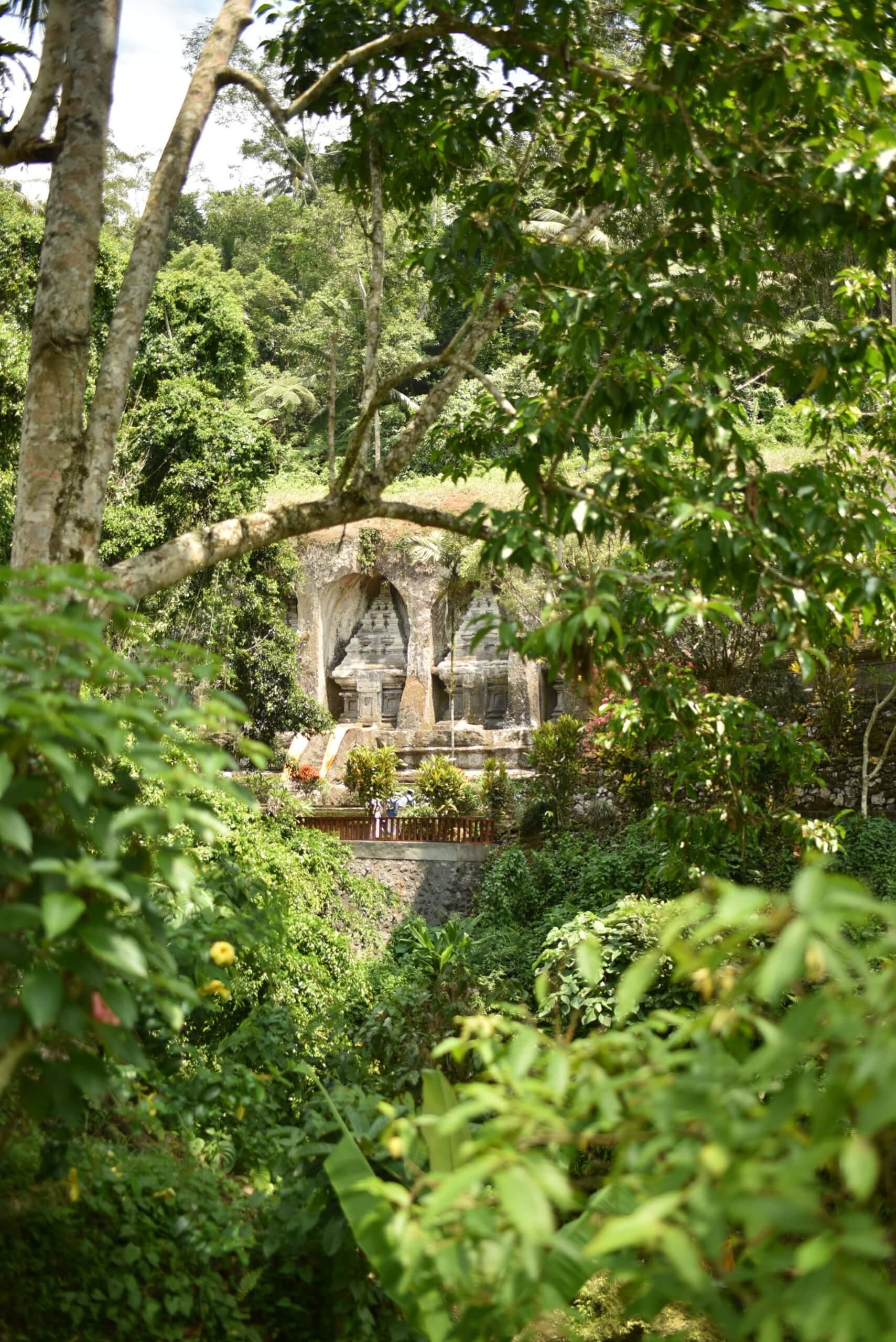 Gunung Kawi au milieu de la végétation
