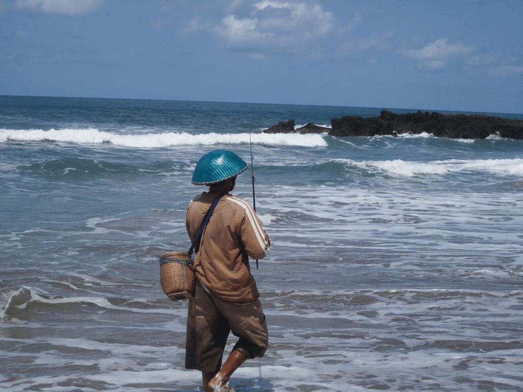 Pêcheur sur la plage à Bali