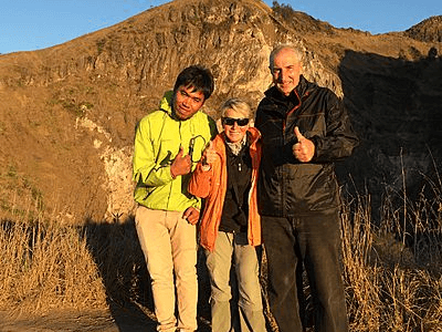 Voyageurs d'Archipel360 en randonnée avec leur guide Indonésiens