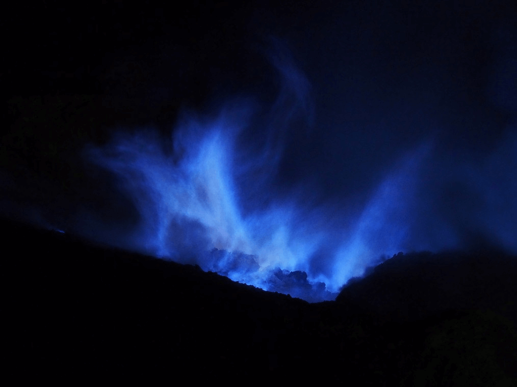 Flammes bleuâtres du Mont Kawah Ijen au sud de l'ile de Java