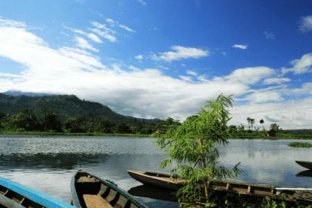 Lac de Waduk Selorejo dans la region de Malang à Java