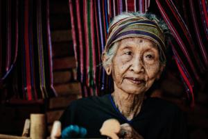 Portrait d'une tisseuse d'ikat du village traditionnel de Pringgasela