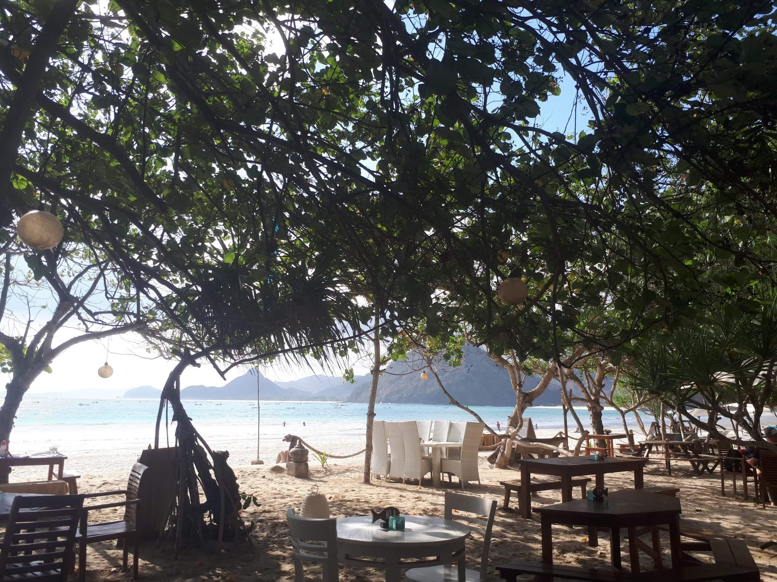 Petit restaurant sur la plage de Selong