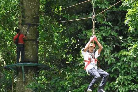 Tyrolienne dans la jungle de Surannadi à Lombok en Indonésie