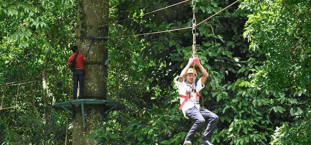 Tyrolienne dans la jungle de Surannadi à Lombok en indonesie