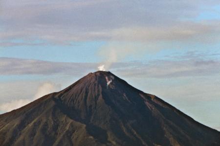 Volcan Karangetang sur l'île de Siau au Nord de la Sulawesi