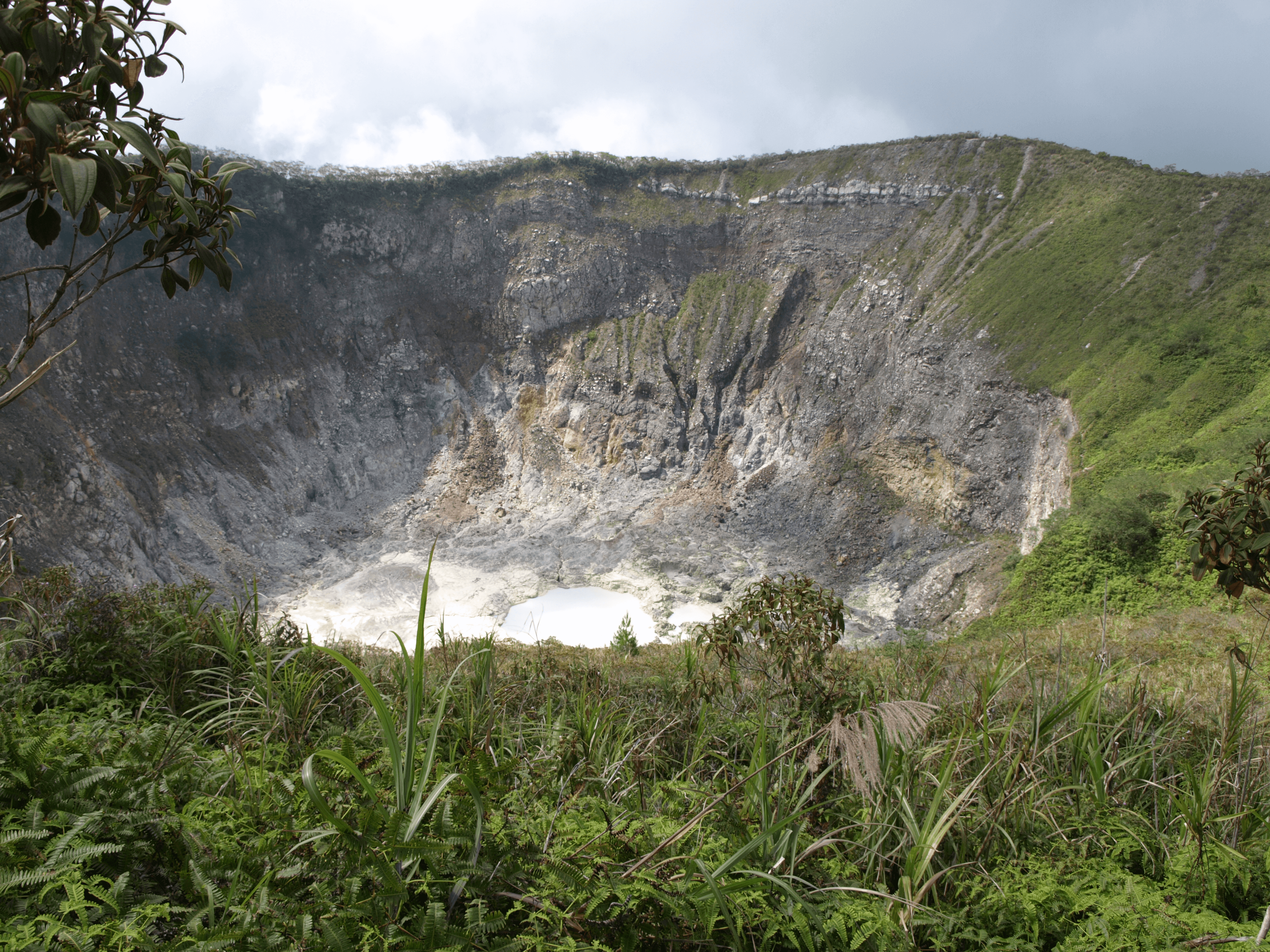 Cratere du volcan Mahawu nord Sulawesi