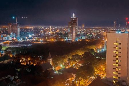 Ville de Makassar by night