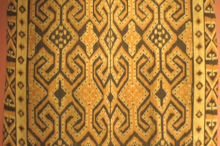 Ikat tissu traditionnel en soie naturelle de la region du lac Senkang au sud de la Sulawesi en indonesie