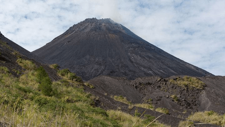 Ascension Volcan Soputan nord Sulawesi en Indonésie