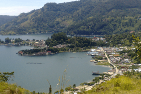 Ville de Parapat au bord du lac Toba à Sumatra