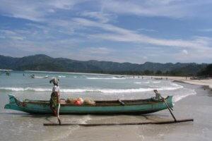 Petite barque sur la plage de Selong