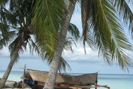Plage de Bara à Bira au sud de la Sulawesi en Indonesi