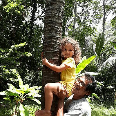 Jeune voyageuse et son guide à Bali