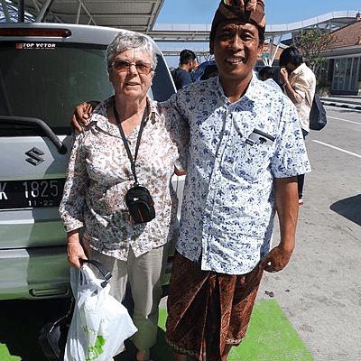 Voyageuse senior Archipel360 avec son chauffeur Balinais