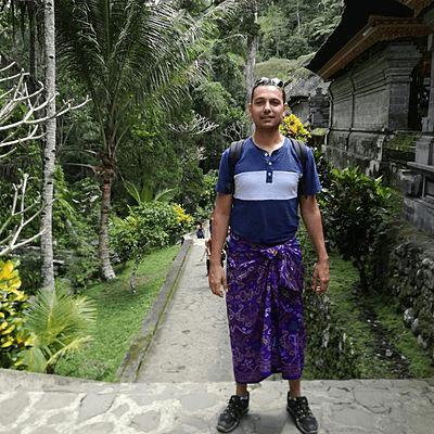 Voyageur Archipel 360 pret pour la visite d'un temple