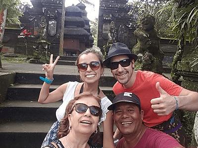Voyageurs Archipel360 avec leur chauffeur au temple de Batukaru à Bali