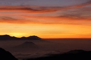 Lever du soleil volcan en Indonésie