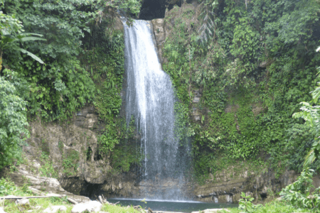 Cascade de Madobag île de Siberut aux Mentawai Sumatra
