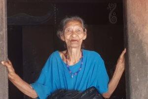 Flores -Bena femme au Village Traditionnel séchage des graines