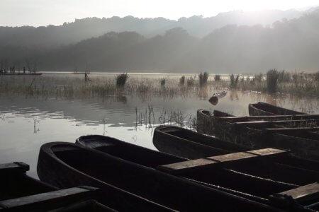 pirogues sur le lac de tamblingan à Bali