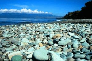 Flores plage de cailloux bleu à Penggajawa