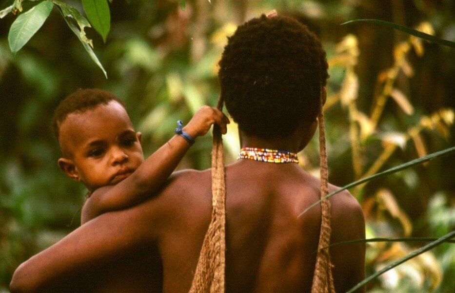 Femme Korowais avec son enfant Papua