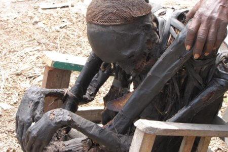 Chef de village momifié cérémonie Papua Wamena