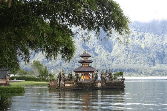 Temple sur le lac Tamblingan