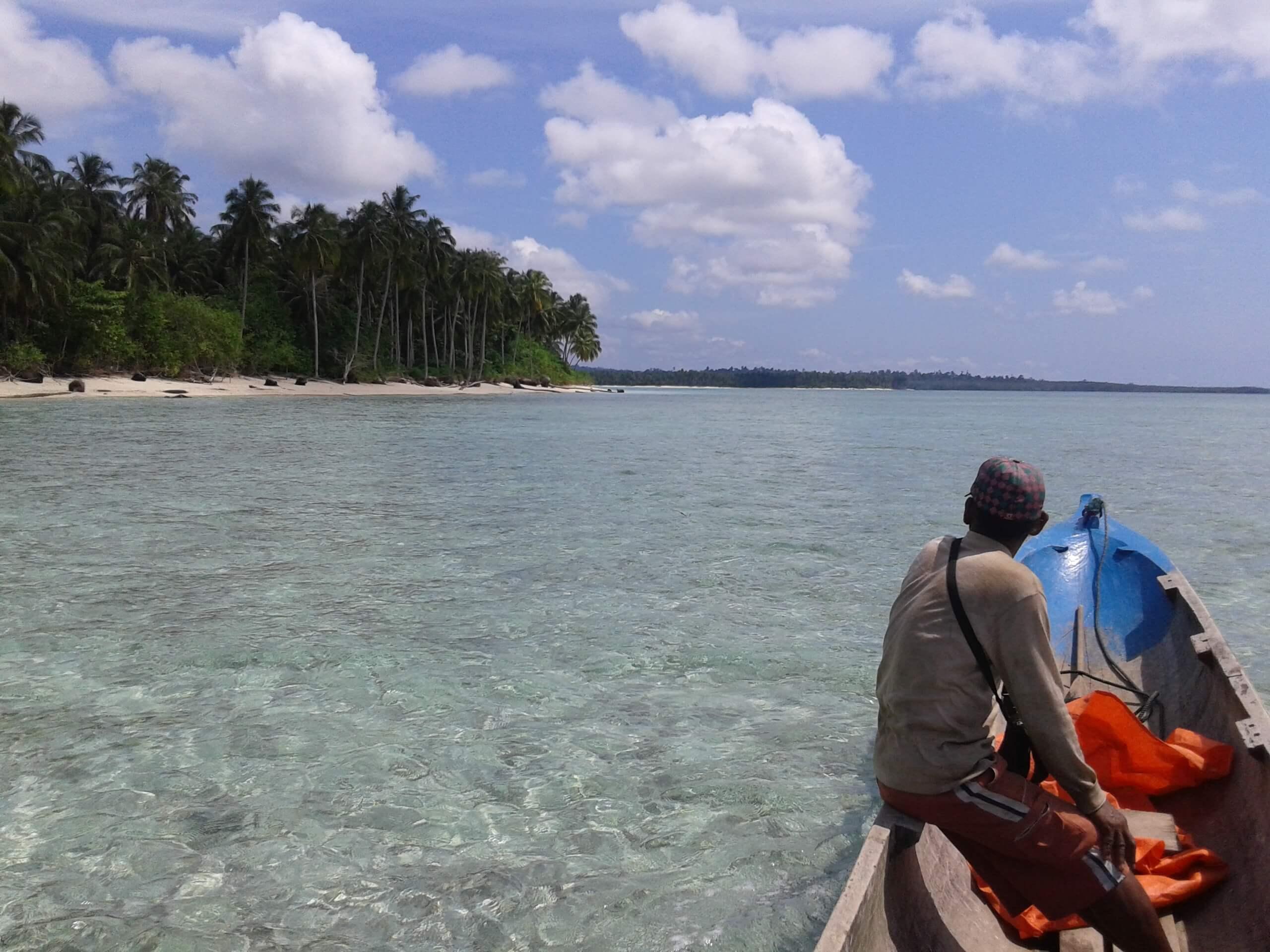 Trajet en pirogue dans les îles mentawai