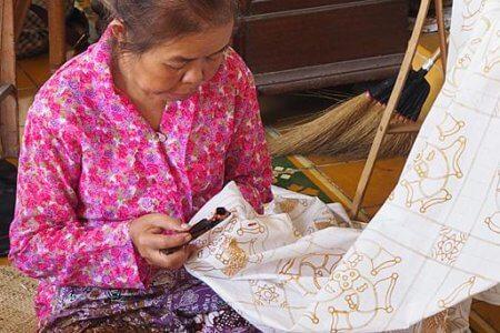 Femme faisant de la peinture Batik sur du tissu à Bali