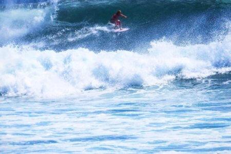 Surfeur sur une des plage de Bali