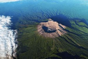 L'impressionnant cratère du volcan Raung à Java