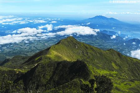 Vue sur le volcan Ungaran à Java