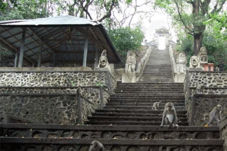 Les nombreuses marches du temple de Pura Gunung Pengsong à Lombok