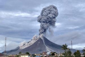 Eruption du volcan Bukilumut Balai sur l'île de Sumatra