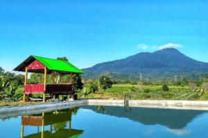 Bassin d'eau douce , avec vue sur le volcan Seulawah Agam a Sumatra