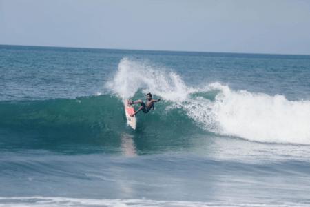 Surfeur sur la plage de Berawa à Bali