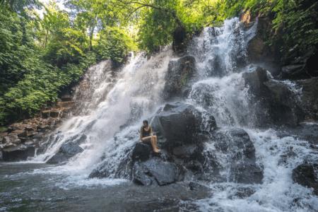 Cascade en escalier en pleine nature
