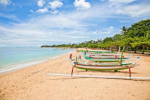 La plage de Legian à Bali avec ses bateaux traditionnels