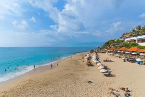 Parasols sur la plage de pandawa à Bali