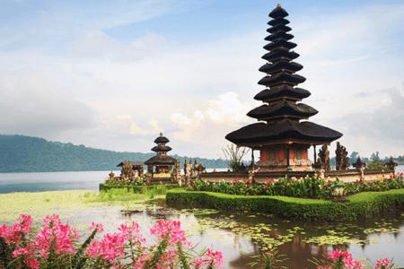 Le temple de pura Ulun sur le lac Bratan à Bali
