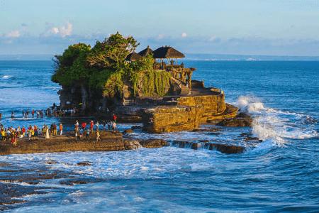 Temple deTanah Lot Perché sur son rocher noir à Bali