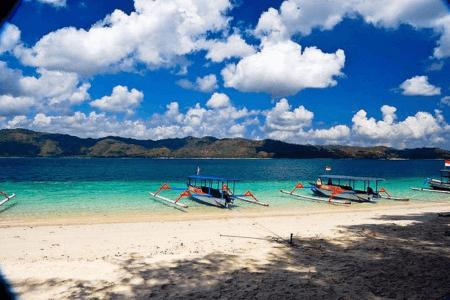 Petit bateaux traditionnels sur la plage de l'ile