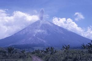 Eruption du Vocan Iyang Argapura à Java