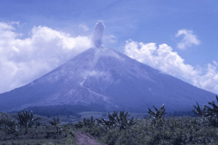 Eruption du Vocan Iyang Argapura à Java