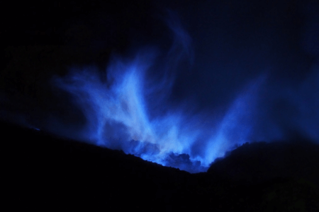 Blues fires au volcan Ijen a Java
