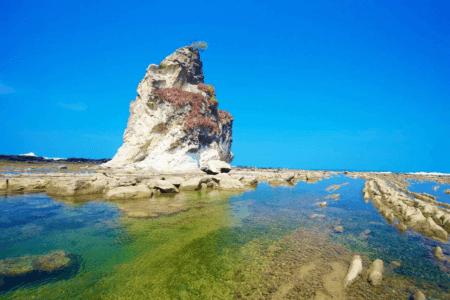 La magnifique plage de Sawarna à marée basse à Java
